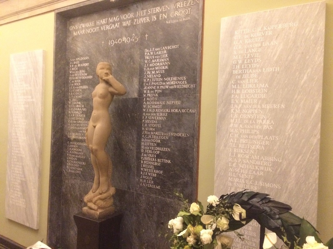 Gedenkplaten in het Academiegebouw, waarvoor onder anderen de heer Koelega de namen aanleverde.