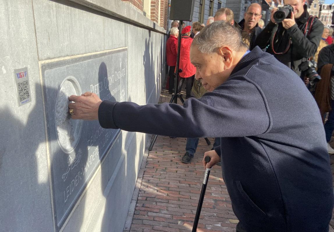 Nazaat John Henry Ondaatje (93) voelt even aan het gezicht van zijn voorvader op de gevelsteen. Foto: Jim Terlingen