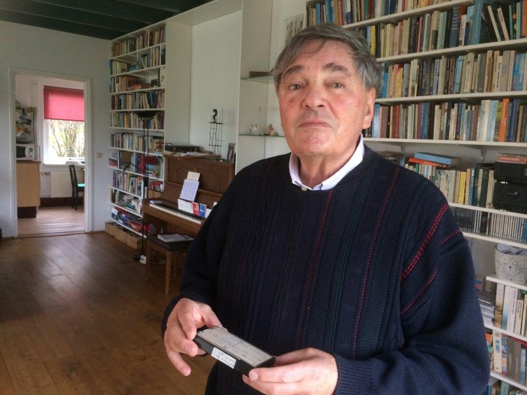 Peter Hein met een geluidsopname waarin zijn ouders vertellen over hun tijd in de oorlog. Foto: Jim Terlingen