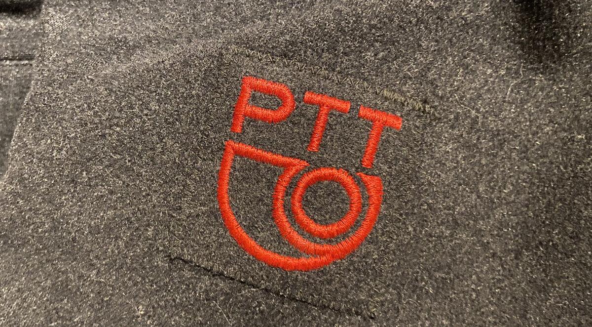 Het logo op de jas die ik gebruik, gekocht van een voormalige postbode. Foto: Jim Terlingen