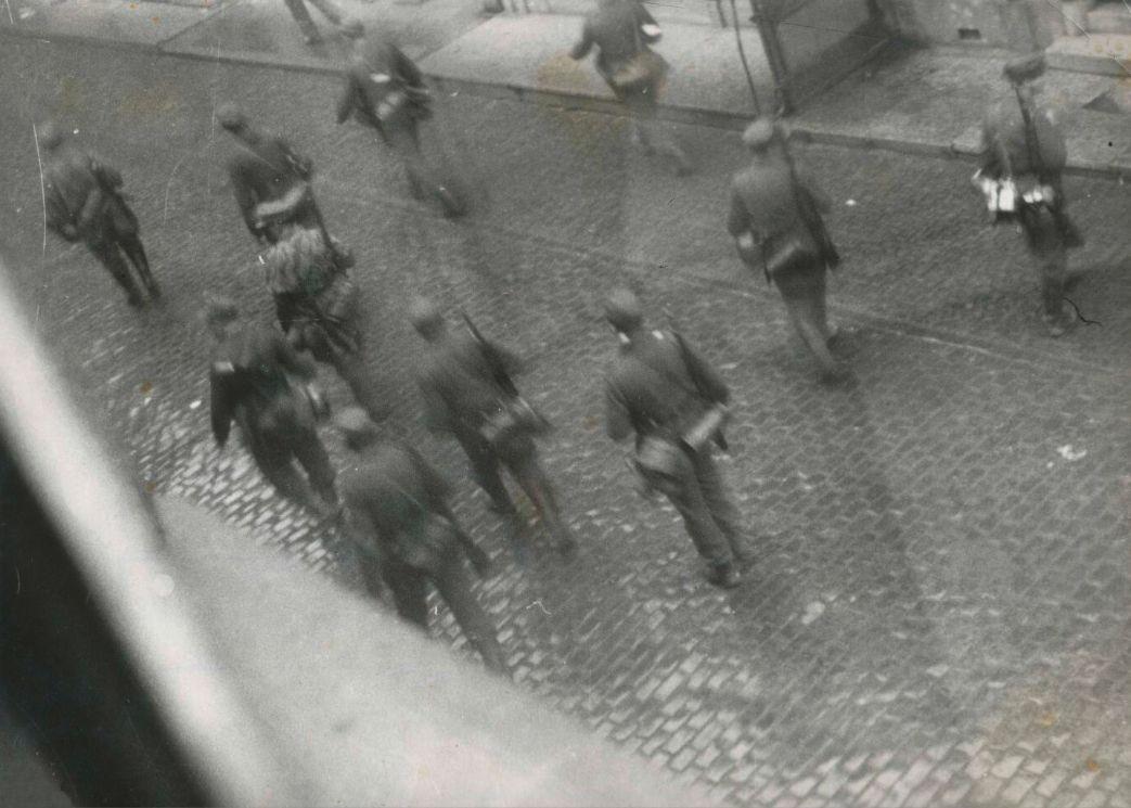 Bewoner Jo Visser maakte deze foto van een razzia in Goes op 27 oktober 1944 (Foto: NIOD)