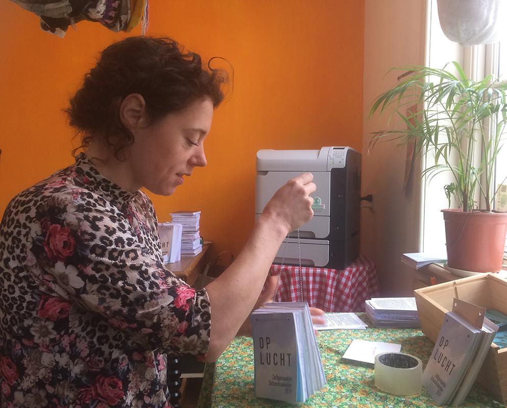 Sanne Bloem rijgt een exemplaar van de Zelfgemaakte Scheurkalender (foto: Jim Terlingen)