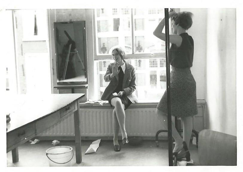 1967/1968: Ria Hendriks zit in het raam op de 'partiekamer' van Maison Iris op het Oudkerkhof (foto privé-archief)
