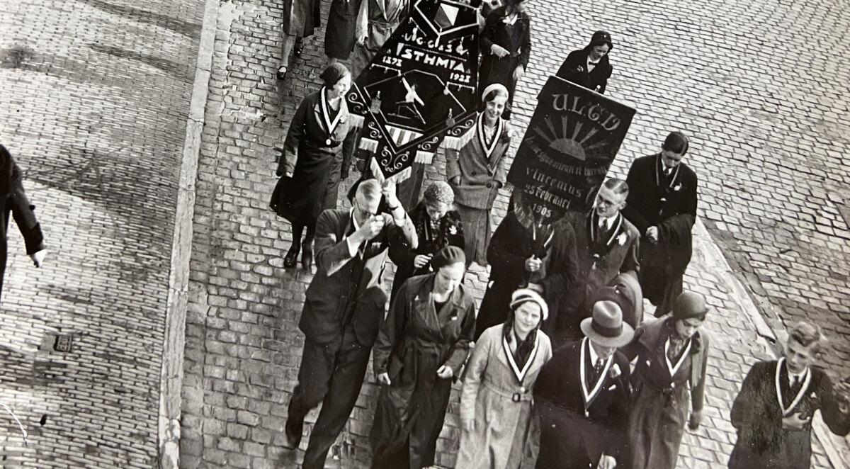 Studentenstoet op de Neude in 1938 (detail), met vooraan Trui van Lier. Foto: privécollectie.