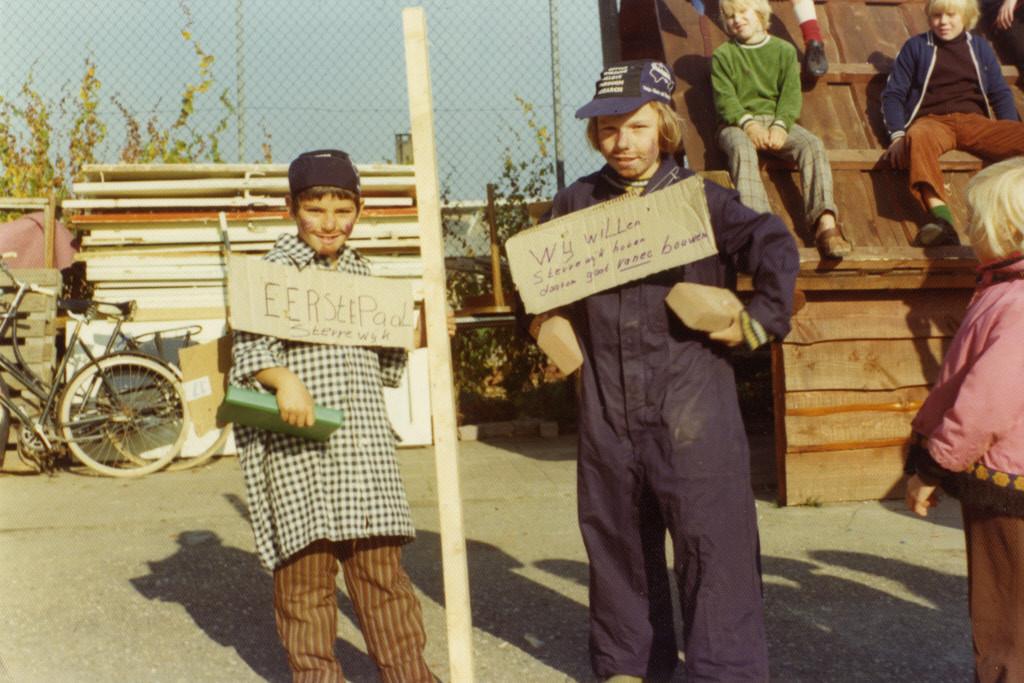 Verklede kinderen tijdens het slaan van de eerste paal in 1975 voor de nieuwe huizen in de Sterrenwijk. Foto: Het Utrechts Archief