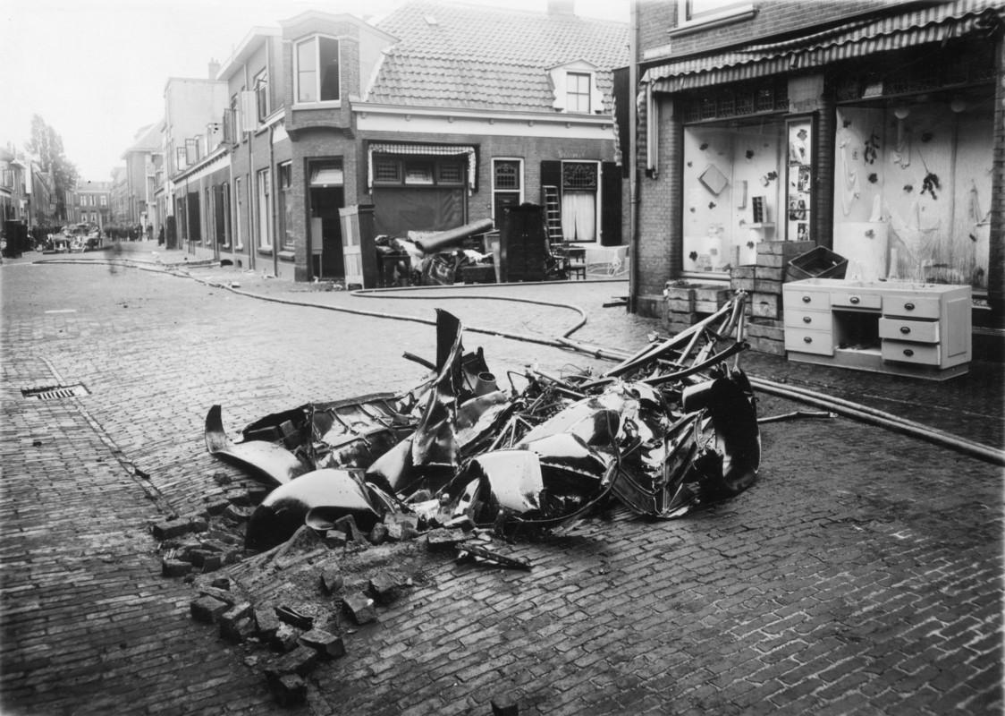 Brokstukken van het vliegtuig in de Bouwstraat (hoek Goedestraat). Foto: Het Utrechts Archief