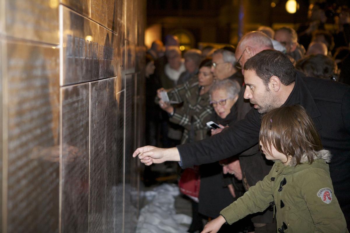 Bezoekers bij het Joods Monument na de onthulling in oktober 2015. Foto: Ton van den Berg