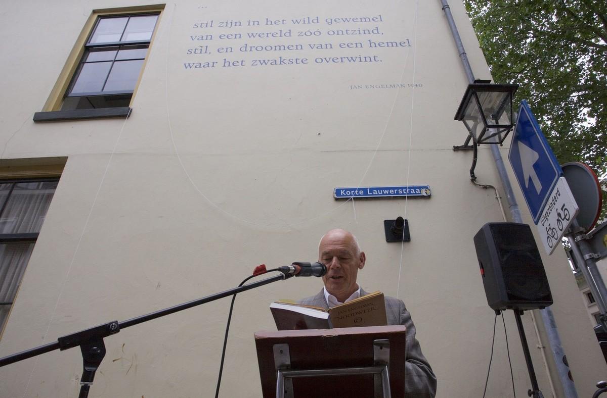 Ari Doeser,voorzitter stichting Leefbare Breedstraatbuurt onde strofe van Engelman. Foto: Ton van den Berg