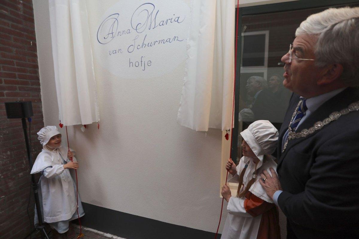 Onthulling van de naam 'Anna Maria van Schurmanhofje'. Foto: Ton van den Berg