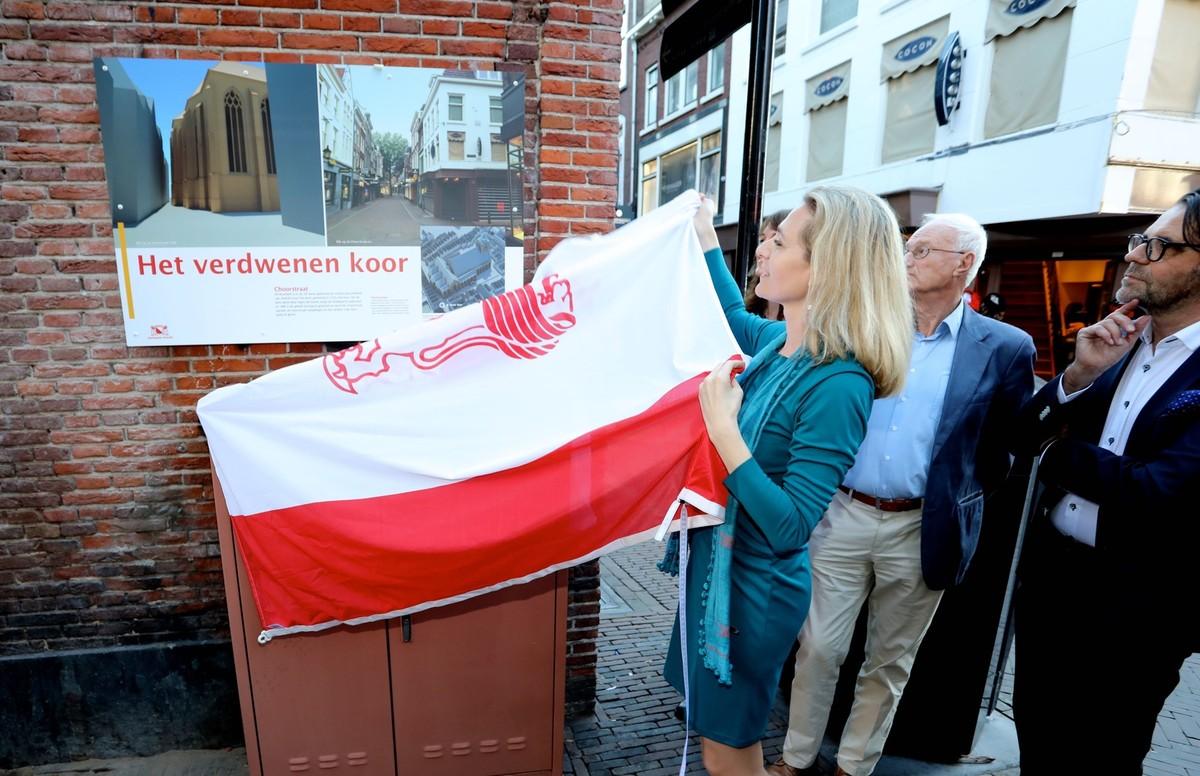 Wethouder Klein onthult het nieuwe gevelbord over de Choorstraat. Foto: Ton van den Berg