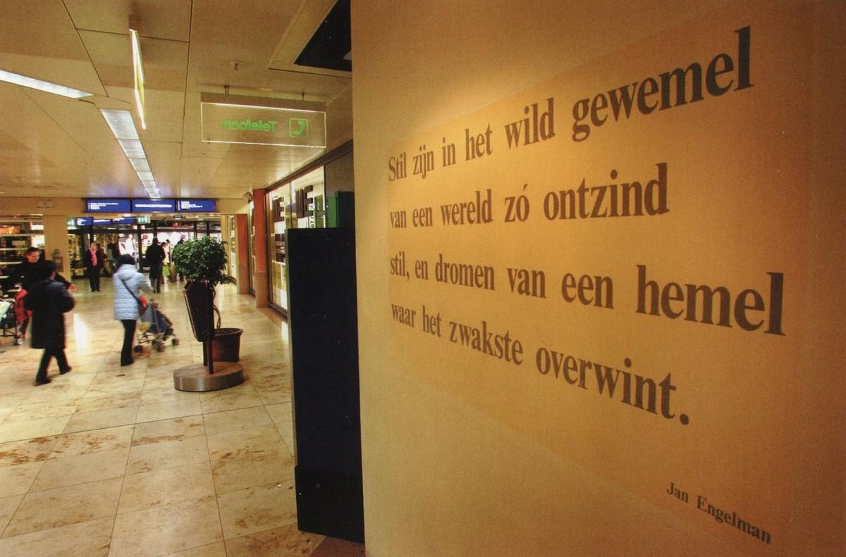 De verdwenen regels van Jan Engelman bij het Stiltecentrum. Foto: Jeroen Stoops, uit Mieke Jansen, Als muren spreken… Poëzie in de Utrechtse binnenstad, 2005