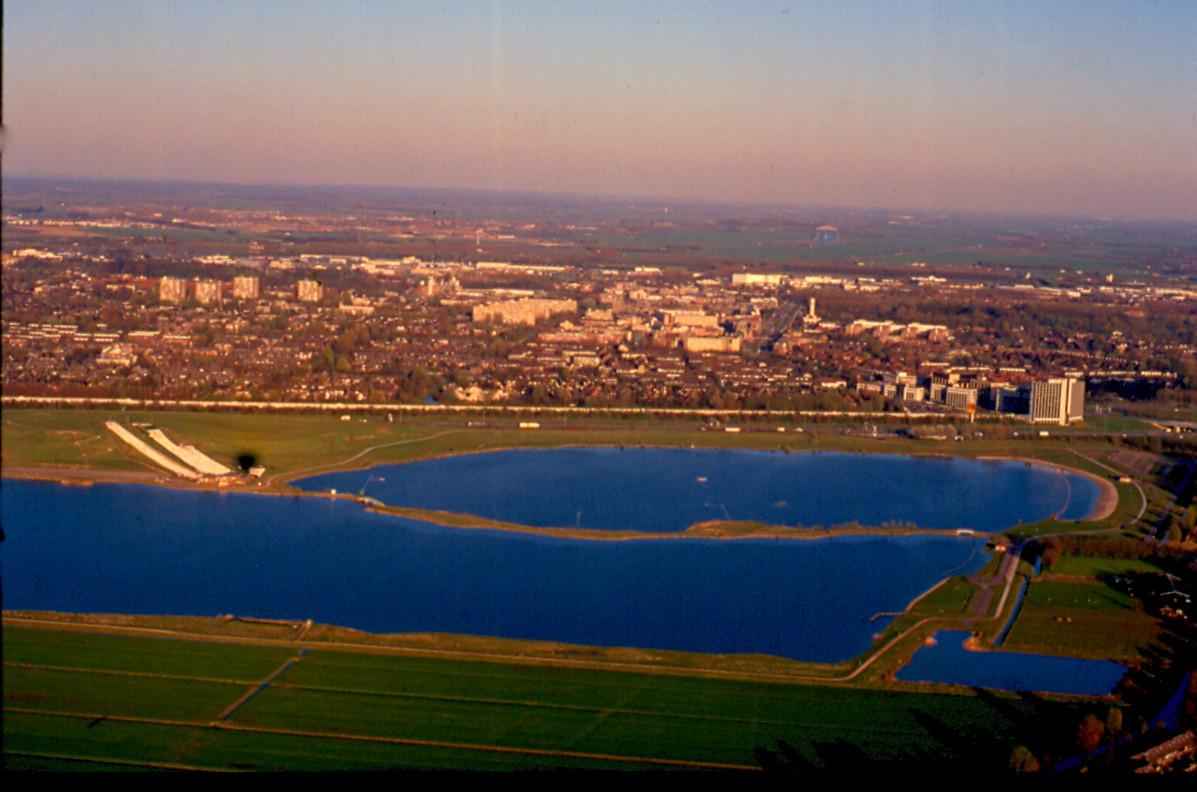 De Put van Weber (Nedereindseplas) gezien vanuit de lucht in 1997. Op de achtergrond de A2 en Nieuwegein. Foto: Ton van den Berg