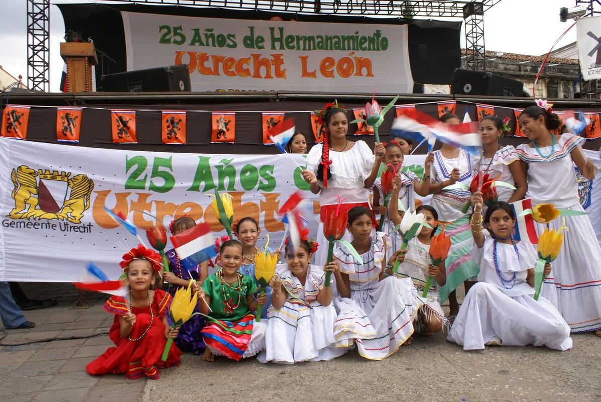 Kinderen in León vieren in 2007 de vriendschapsband met Utrecht. Foto: Ton van den Berg