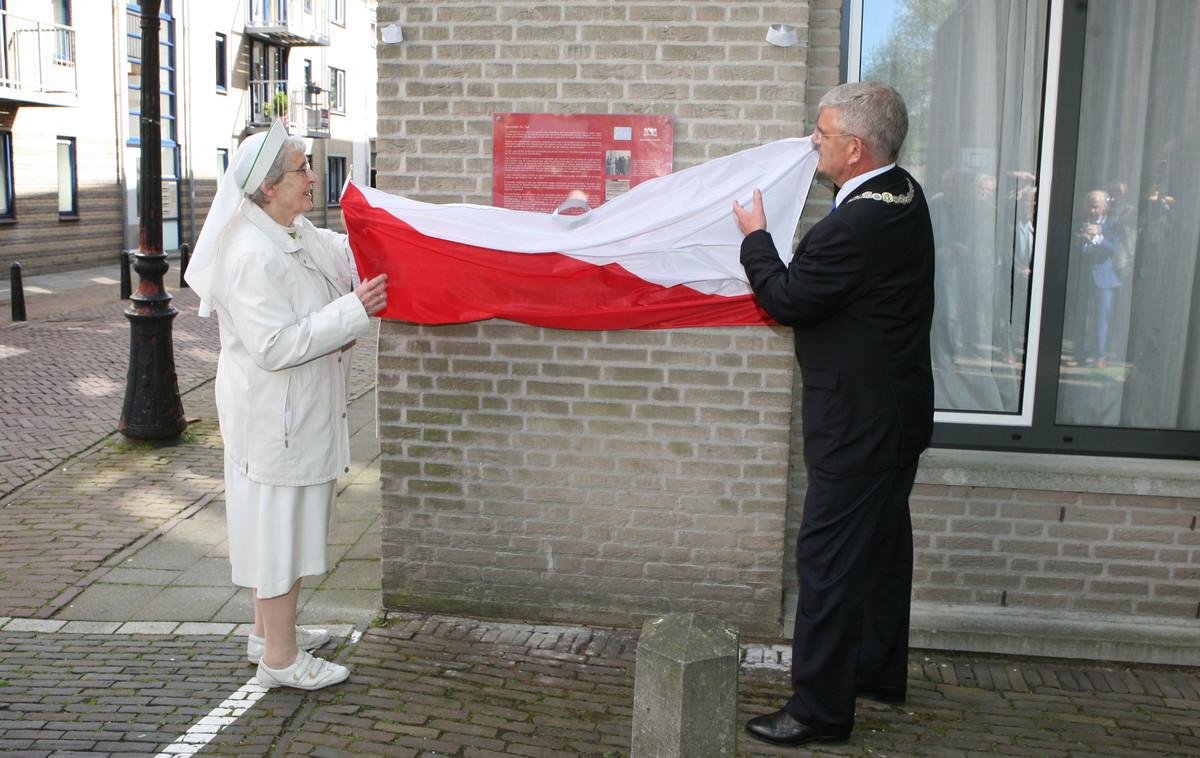 De onthulling van de plaquette met tekst over de gevelsteen De Duif. Foto: Ton van den Berg