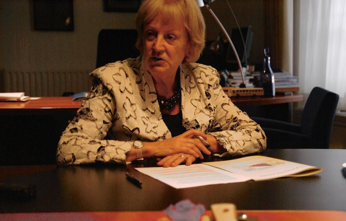 Burgemeester Annie Brouwer in haar werkkamer in 2007. Foto: Ton van den Berg