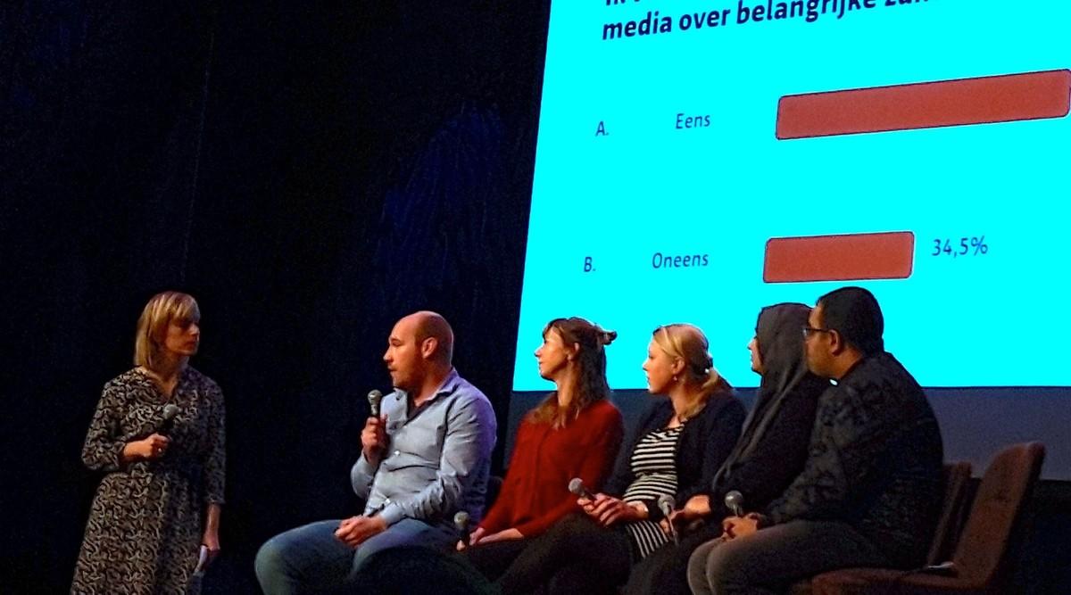 Deelnemers aan de mediadebat van maandag 19 november. Foto: Ton van den Berg