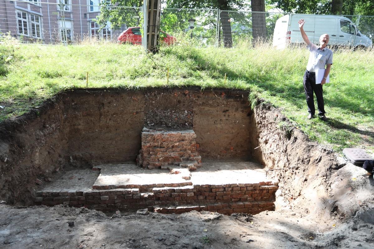 Archeoloog/bouwhistoricus Frans Kipp bij de resten van de stadsmuur. Foto: Ton van den Berg