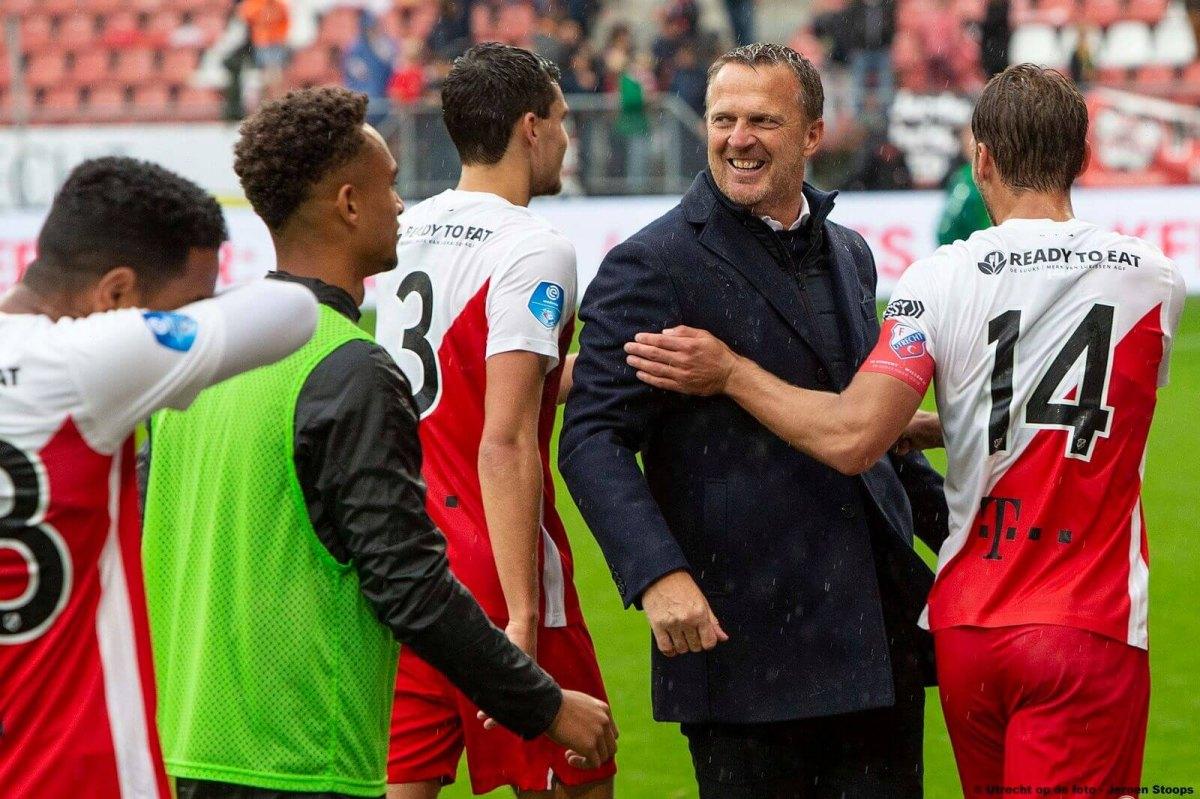 Een lachende John van den Brom in 2019 met zijn FC Utrecht-spelers. Foto: Jeroen Stoops