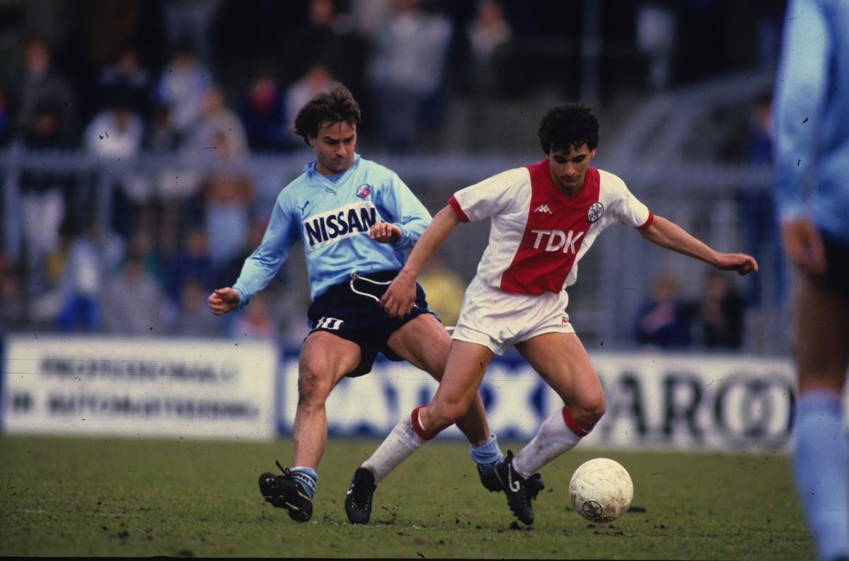 Twee Utrechters sparren, links Gert Kruys (FC Utrecht) en Gerald Vanenburg (Ajax). Foto: Archief boek 40 jaar FC Utrecht