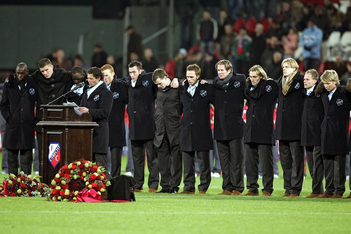 Jean Paul de Jong (achter de microfoon) en spelers van FC Utrecht rouwen om David Di Tommaso. Foto: boek 40 jaar FC Utrecht