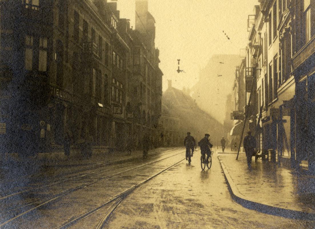 De Korte Jansstraat in 1932, fotograaf Van der Werf maakte graag gebruik van 'tegenlicht'. Foto: F.F. van der Werf/HUA