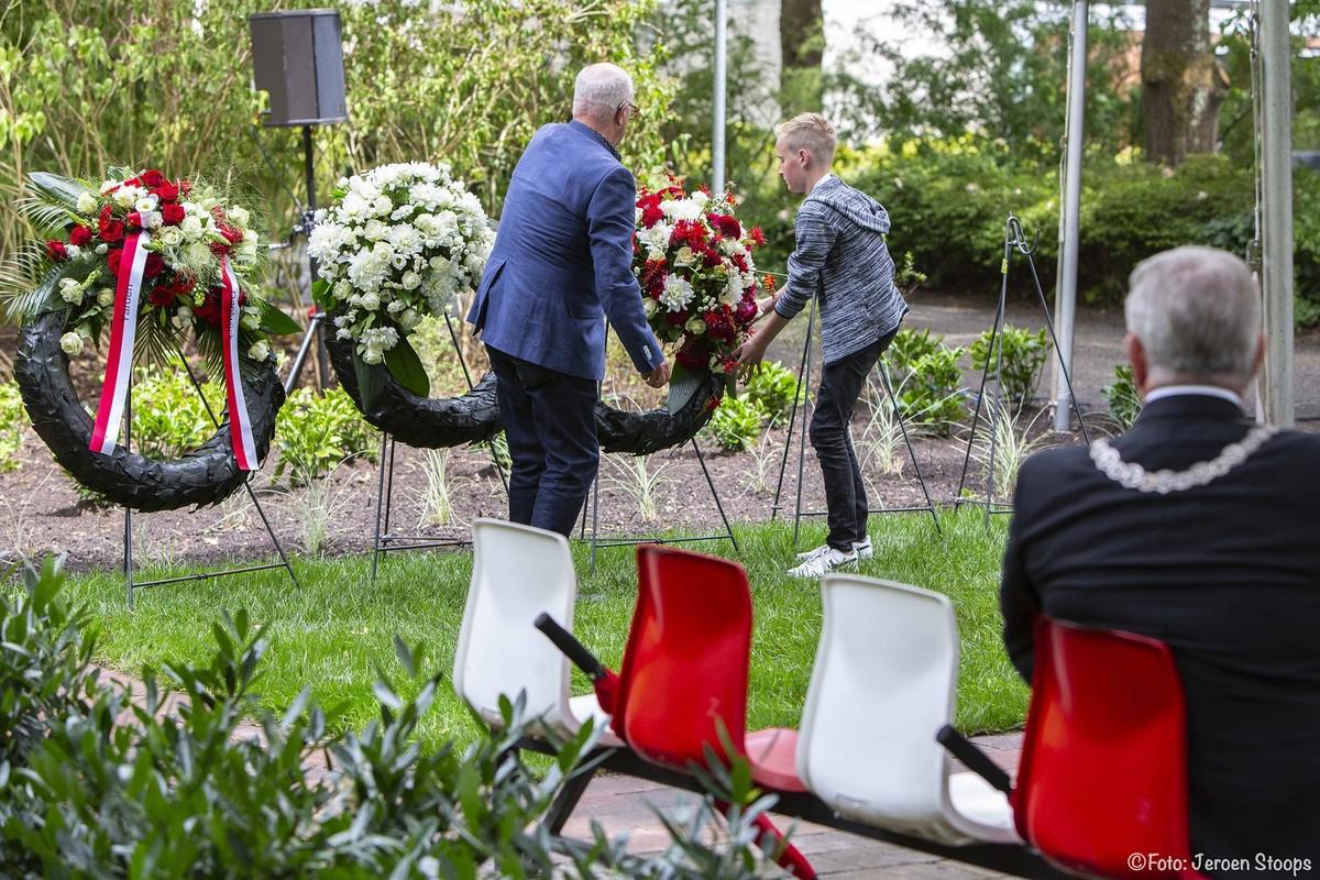 Jeugspeler Cas en zijn opa leggen de kransen. Foto: Jeroen Stoops