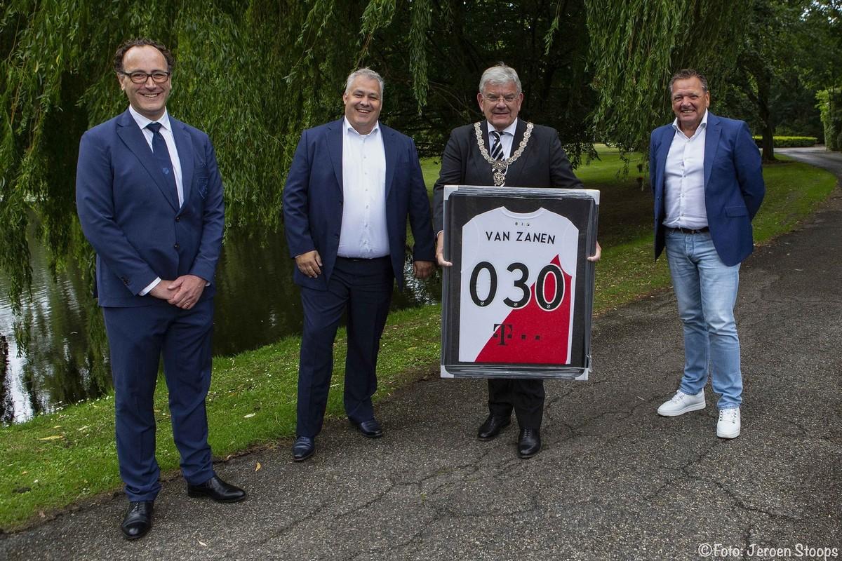 Dinsdag kreeg burgemeester Van Zanen al een voor hem ontworpen shirt met het logo van de nieuwe sponsor T-Mobile. Foto: Jeroen Stoops