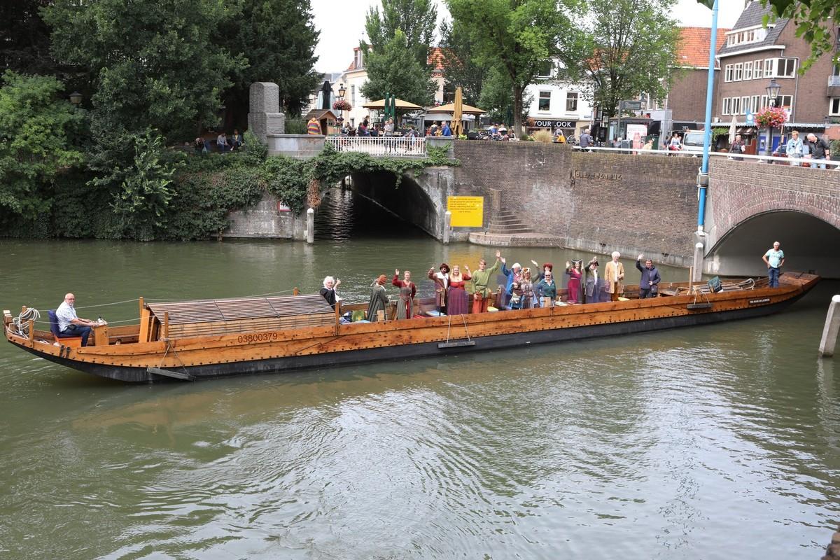 Het Romeinse schip met leden van Landgoed Wickenburgh. Foto: Ton van den Berg