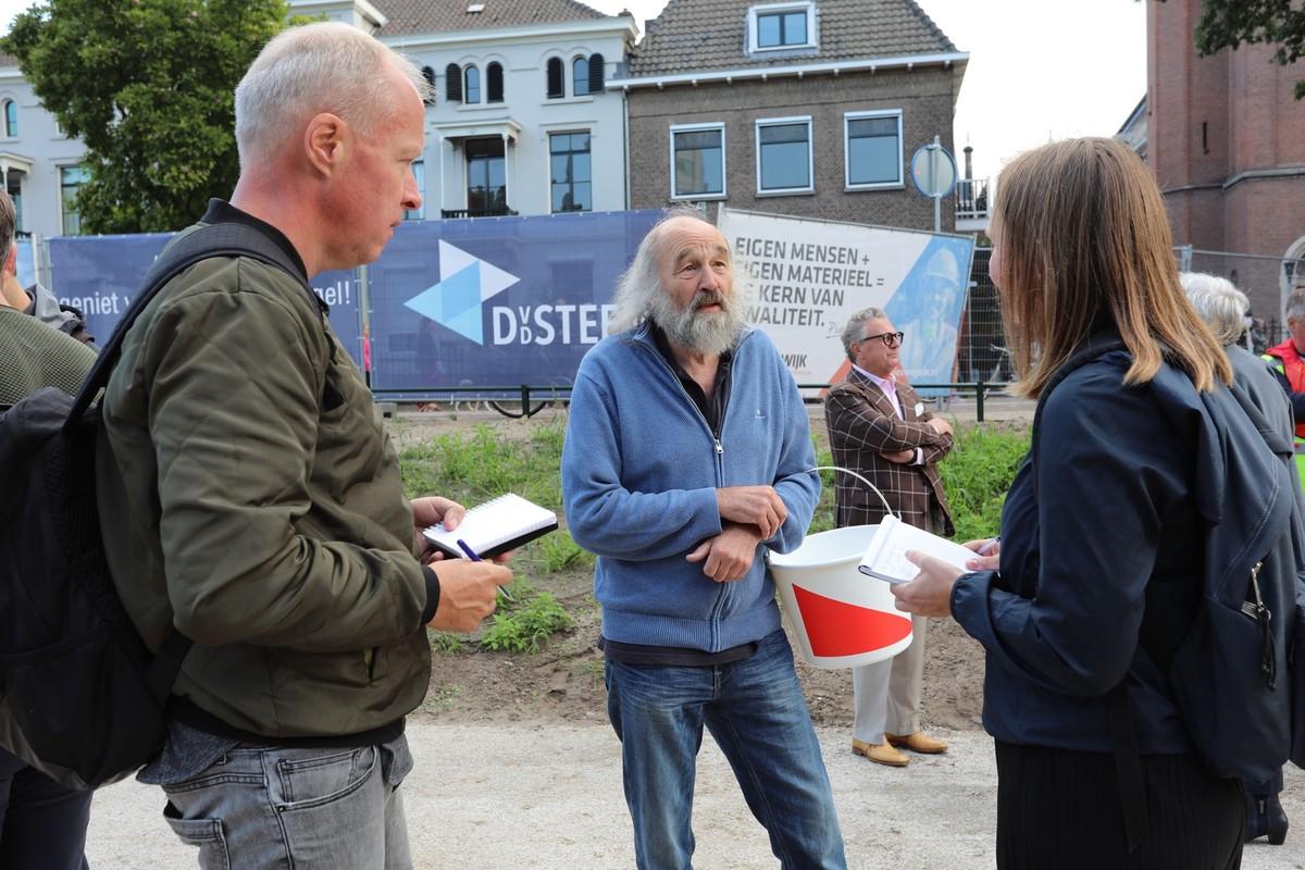 Ben Nijssen in gesprek met journalisten bij de opening van de singel. Foto: Ton van den Berg
