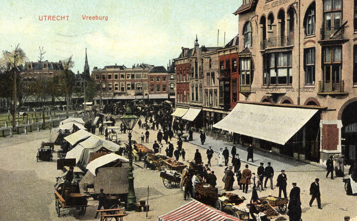 Op oude ansichtkaarten (deze is uit 1911) en stadsplattegronden worden Vreeburg en Vredenburg afwisselend gebruikt. Foto's: collectie Het Utrechts Archief
