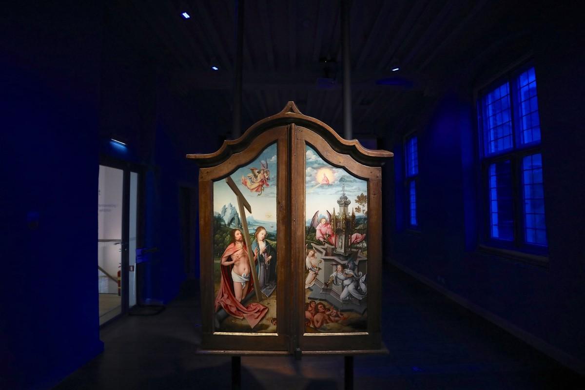 Drieluik met 'De kruisiging, Meester van de aanbidding' uit Antwerpen ca 1520. Foto: Ton van den Berg