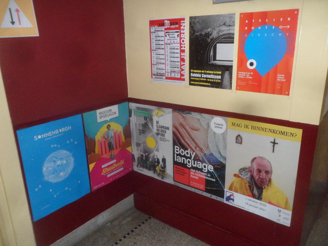 De posters bij hostel Strowis. Foto: Frans de Jonge