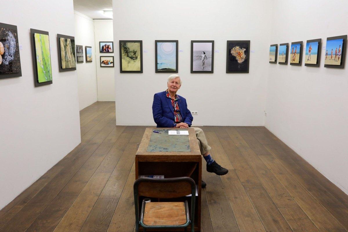 Max Tosseram temidden van zijn foto's in Galerie Niek Waterbolk. Foto: Ton van den Berg
