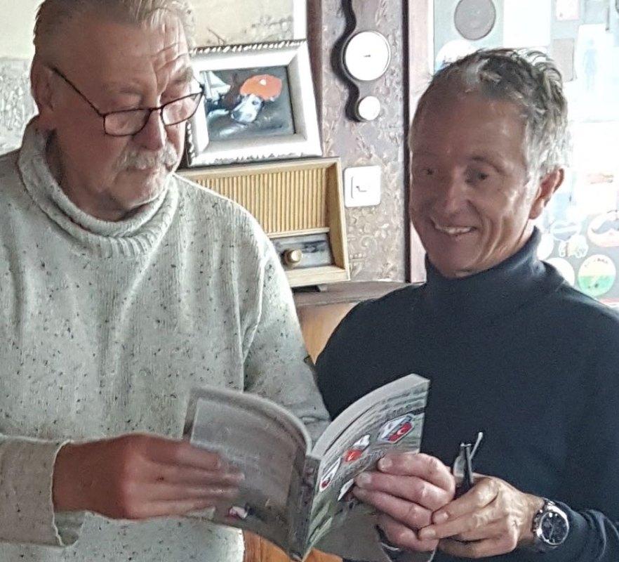 Siege Postuma (r) met oud-voetballer Joop van Maurik. Eigen foto's