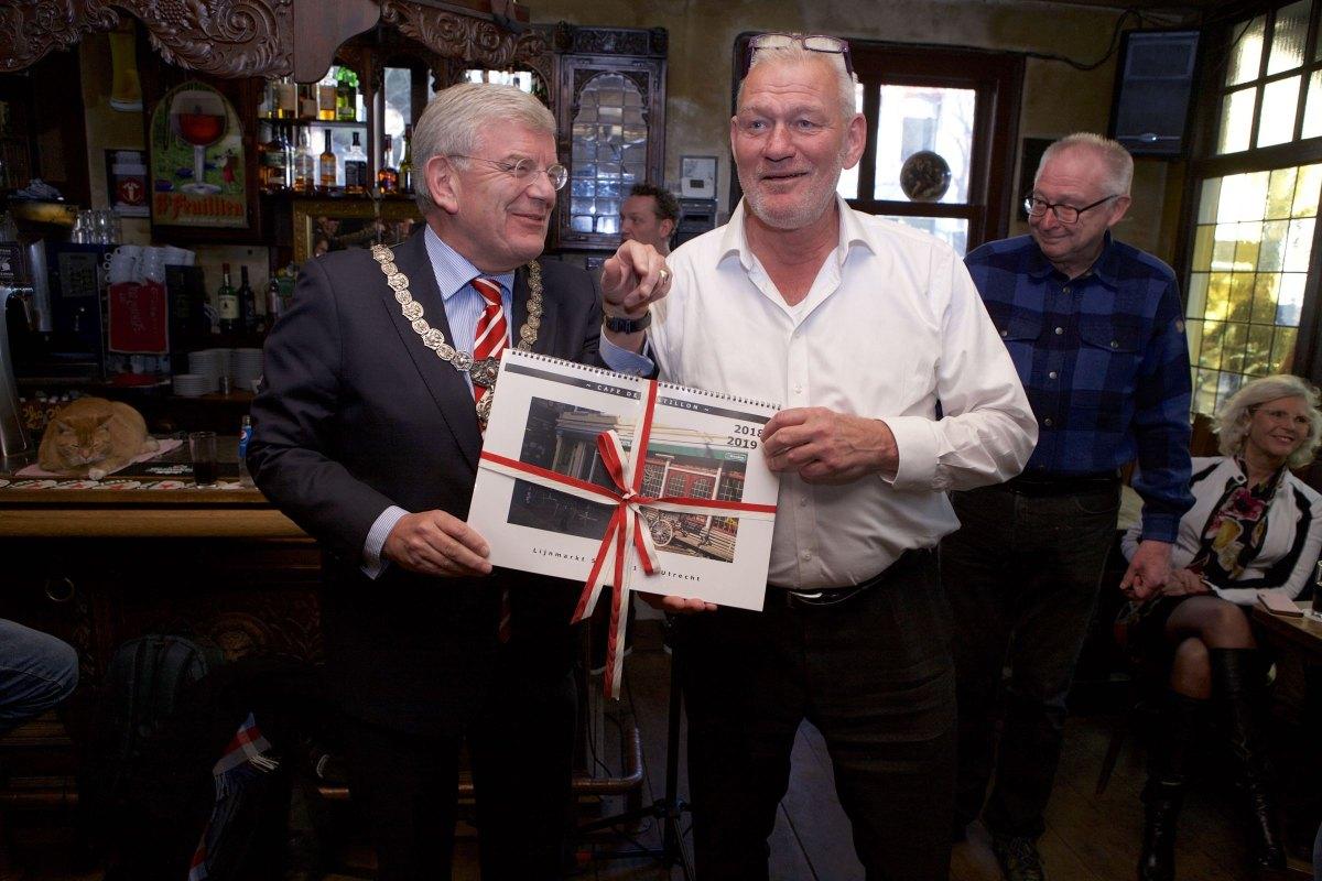 Thomas Melisse met burgemeester Van Zanen in februari 2018 met de speciale jubileumkalender. Foto: Ton van den Berg