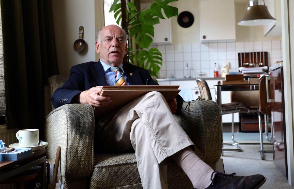 Fernando de Soeten in zijn woonkamer in Wijk C in 2018. Foto: Ton van den Berg