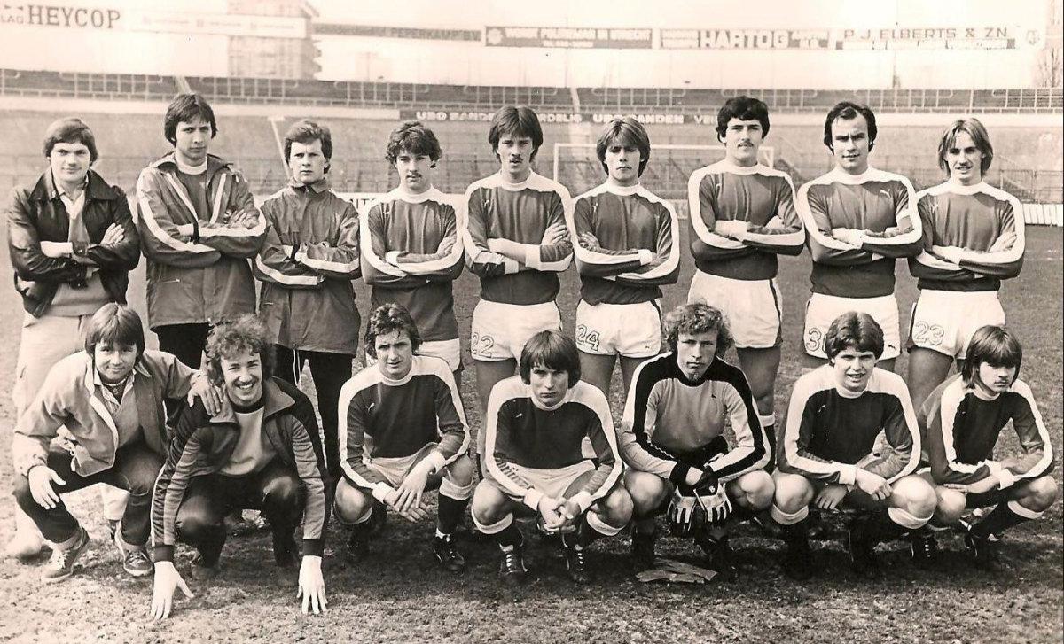 Ton Gruters, gehurkt derde van links, in het tweede elftal van FC Utrecht in het seizoen 1979-1980.