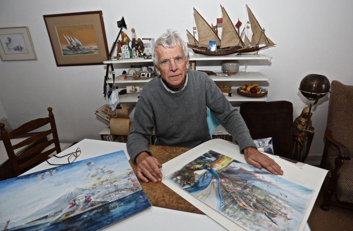 Arne Zuidhoek aan zijn tekentafel. Foto: Ton van den Berg
