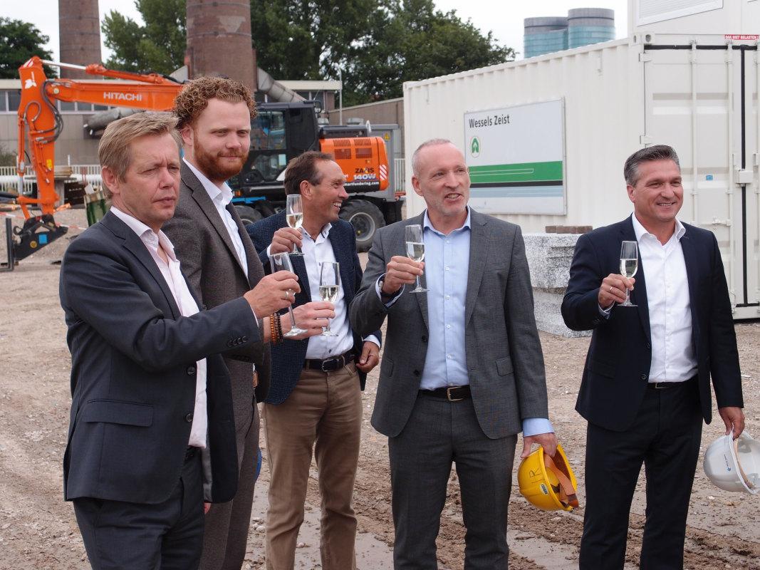 Wethouder Diepeveen (links) proost met de bouwers van de Wilhelminawerf bij de aanvang van het project. Foto: Louis Engelman