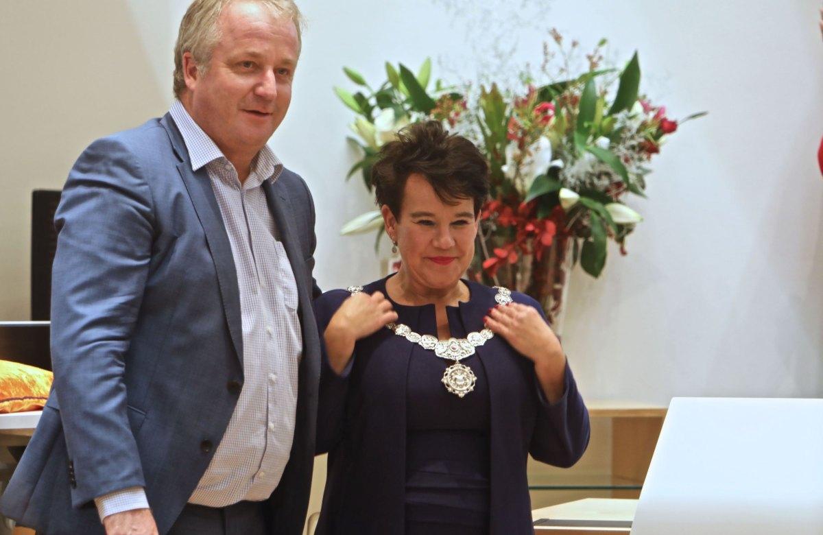 Sharon Dijksma met de burgemeestersketting die haar werd omgehangen door haar echtgenoot Thomas Windmuller. Foto: Ton van den Berg