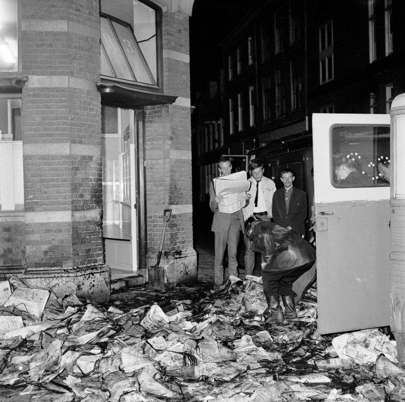 Een grote stapel kranten is in juni 1966 in brand gestoken bij het kantoor van het dagblad De Telegraaf (Oudegracht 203). Foto: L.H. Hofland/HUA
