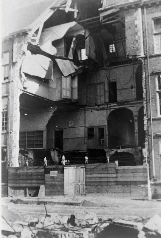 De zwaar beschadigde gevel van de Psychiatrisch Neurologische Kliniek (Nicolaas Beetsstraat 24) van het Stads- en Academisch Ziekenhuis. Foto: Het Utrechts Archief