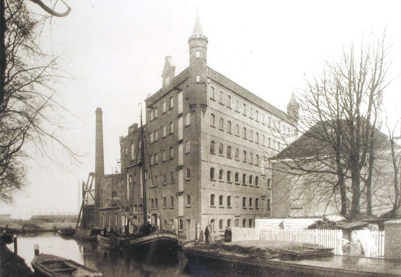 Hooghiemstra rond 1912 toen het nog torenspitsen had. Foto: Hooghiemstra