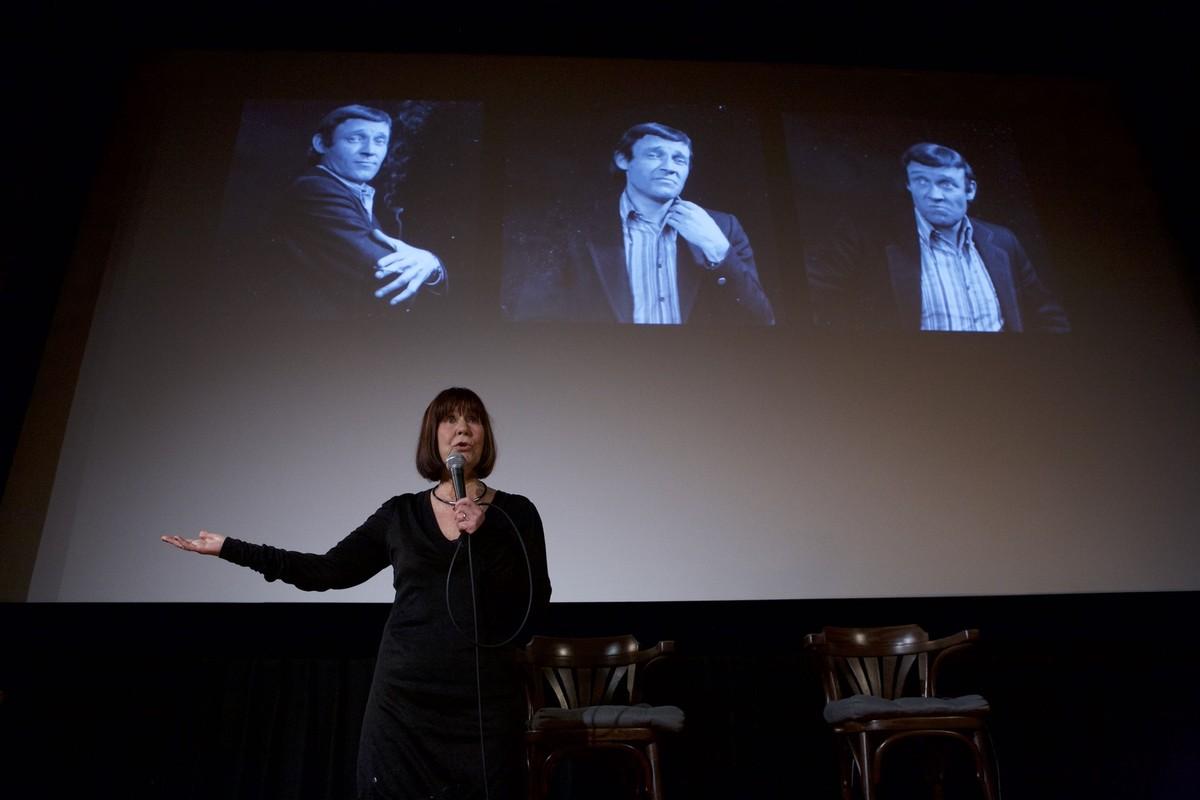 Anne-Marie Koninks zingt een ode aan Hennie Oliemuller. Foto: Ton van den Berg
