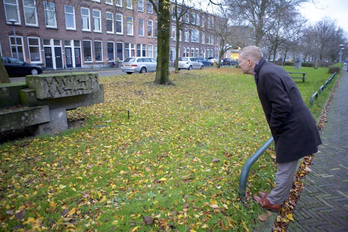 Wethouder Diepeveen bekijkt het beeld Zitplastiek op de Willem Arntszkade. Foto: Ton van den Berg