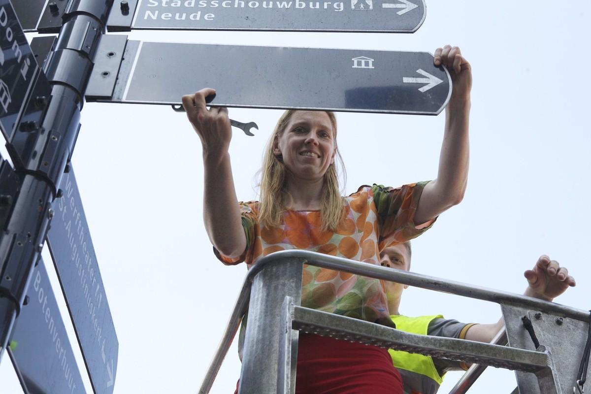 Wethouder Lot van Hooijdonk zet haar pijlen op de tram door de binnenstad. Foto: Ton van den Berg