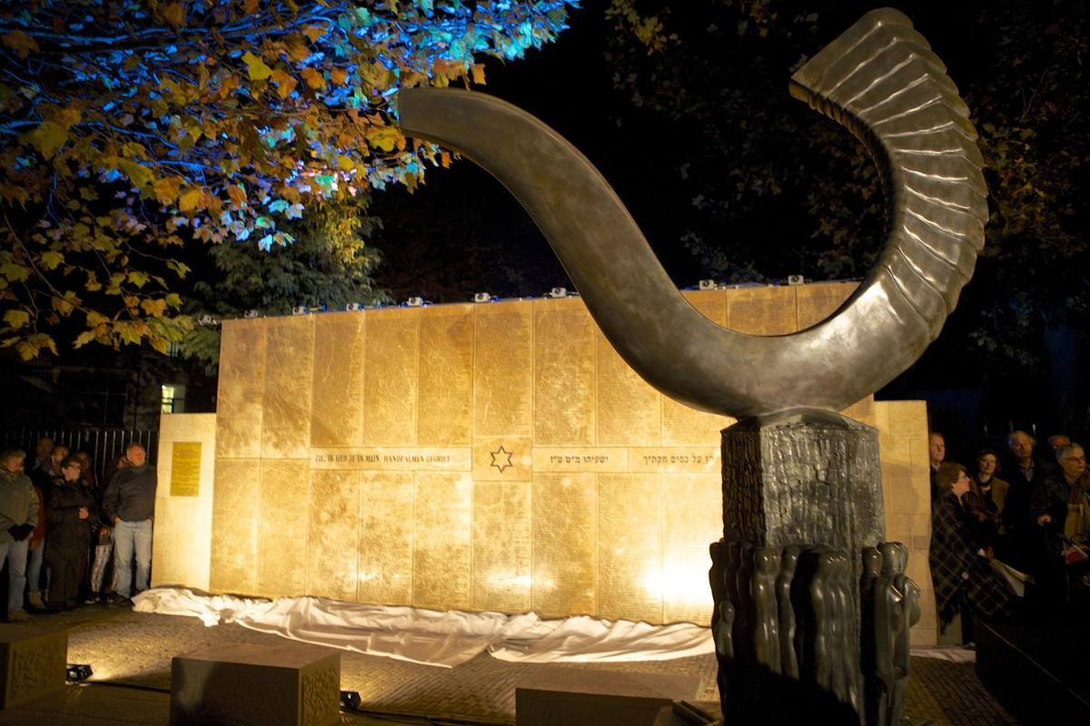 Het Joods Monument (ontwerp van Amiran Djanashvili) na de onthulling in oktober 2015. Foto: Ton van den Berg