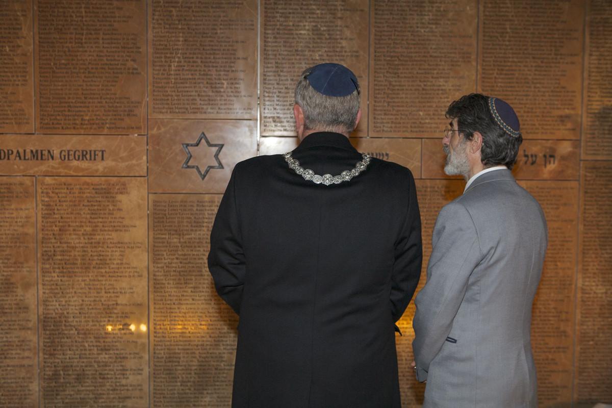 Burgemeester Van Zanen (met ketting) bij het Joods Monument in 2015. Foto: Ton van den Berg