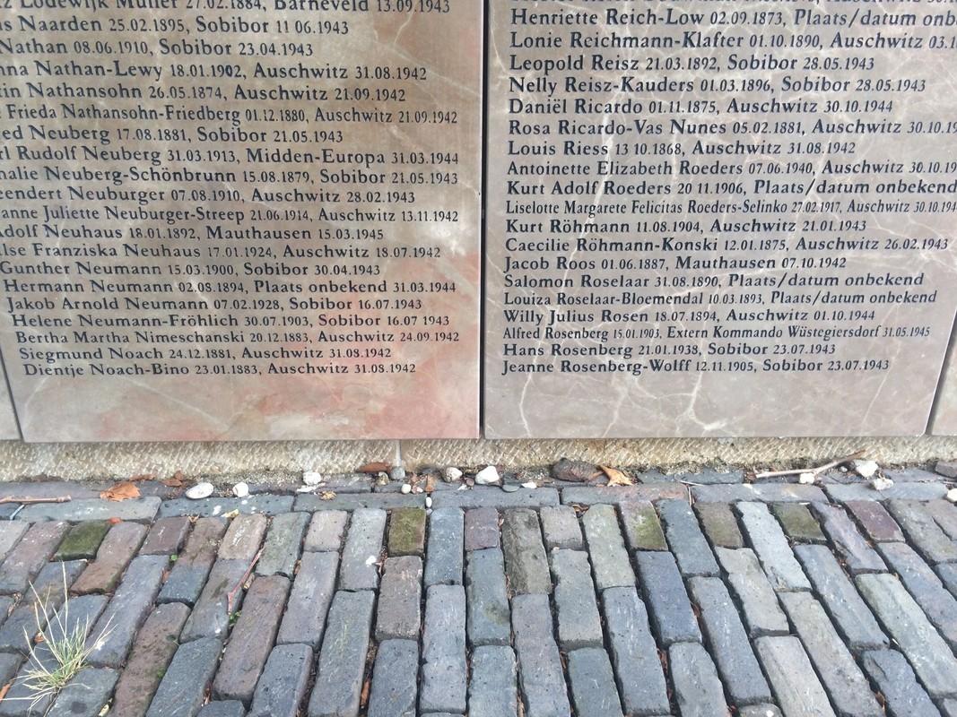 Kiezelsteentjes bij het monument: een joods teken dat men de doden heeft herdacht. Foto: Jim Terlingen