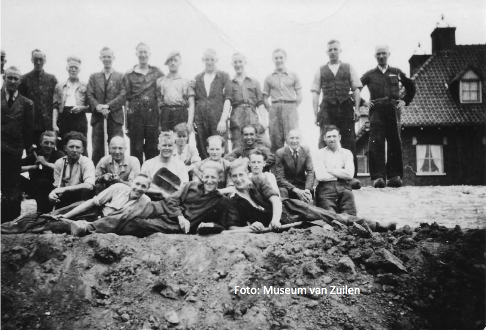 Een groepje mannen dat schuilgaten aan het graven is in het Julianapark poseert voor de fotograaf. Foto: Museum Zuilen